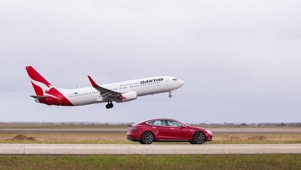 Tesla model S απέναντι σε Boing 737