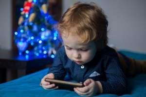 Καθυστερούν να μιλήσουν τα παιδιά που παίζουν με ηλεκτρονικές συσκευές.